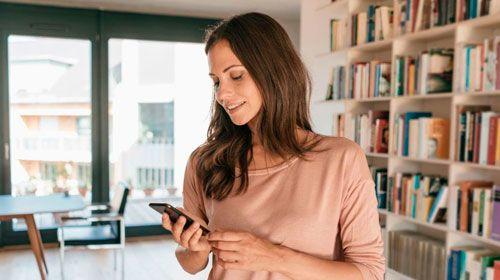 Protek personas - hogares y familia - mujer con celular - protek personas